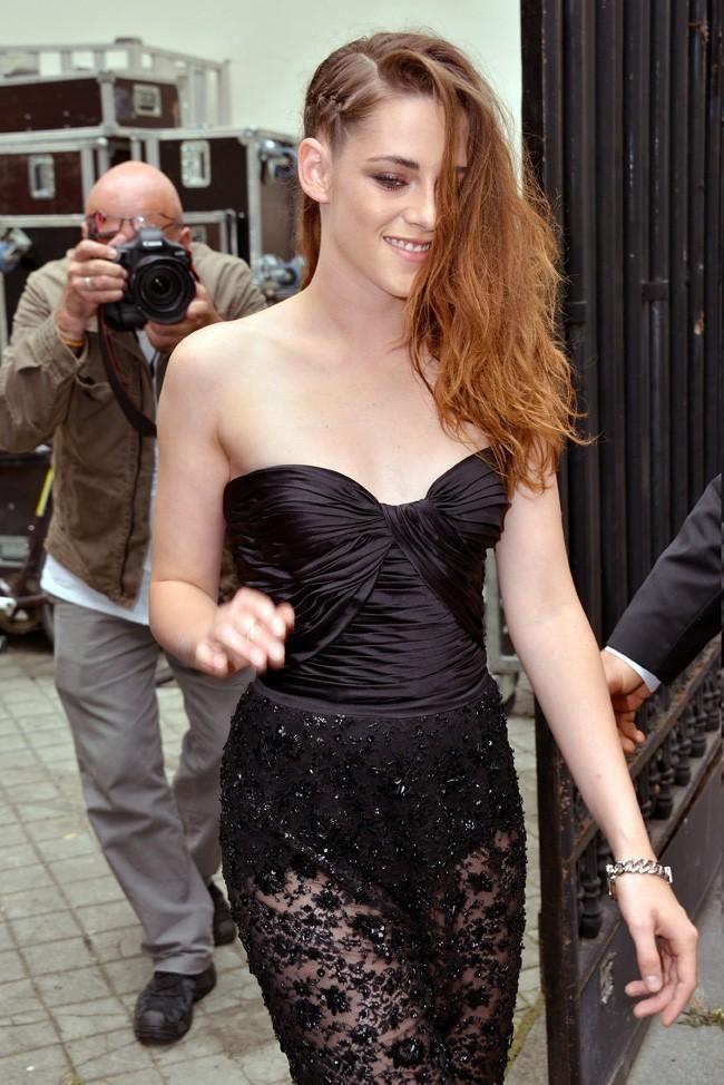 Kristen Stewart au défilé Zuhair Murad organisé à l'hôtel de Montmorency, à Paris, le 4 juillet 2013