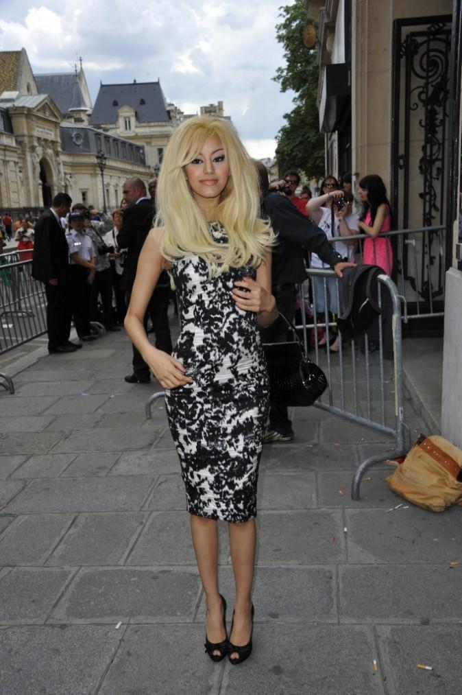 Zahia Dehar se rendant au défilé Jean-Paul Gaultier à Paris, le 4 juillet 2012.