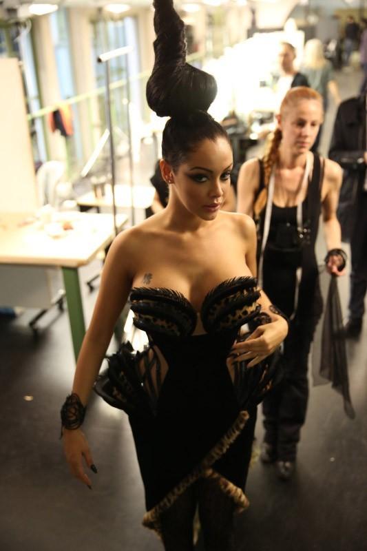 Nabilla Benattia en backstage du défilé Haute Couture du créateur à Paris, le 3 juillet 2013.