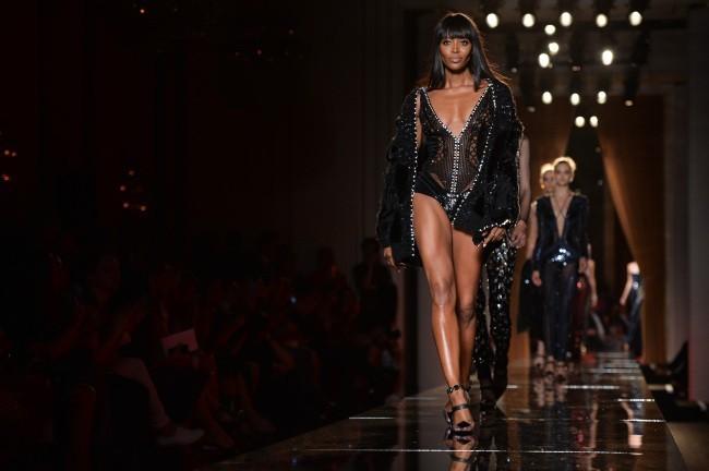 Naomi Campbell lors du défilé Haute Couture de la maison Versace à Paris, le 30 juin 2013.