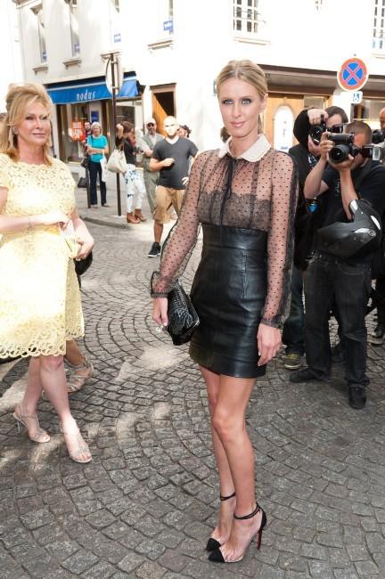 Nicky et Kathy Hilton arrivant du défilé Valentino à Paris, le 4 juillet 2012.