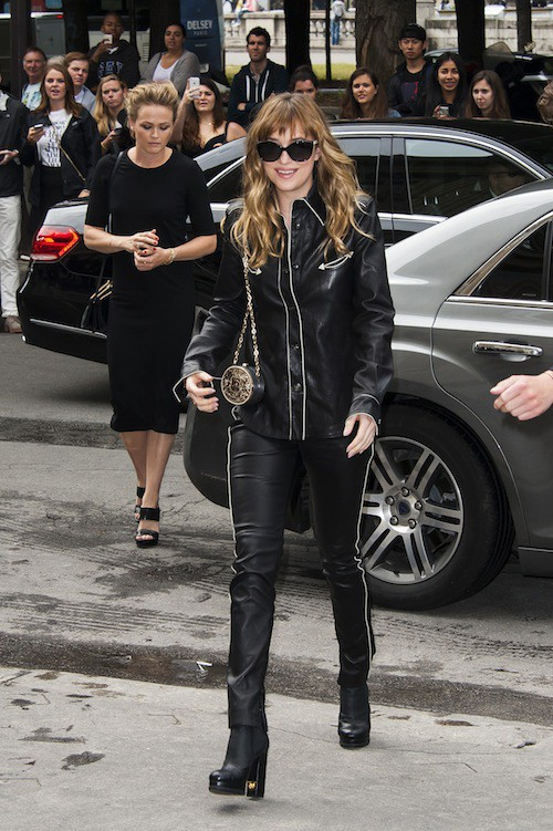 Photos : Fashion Week HC : Dakota Johnson : tout en cuir, elle annonce du lourd pour 50 Nuances de Grey !
