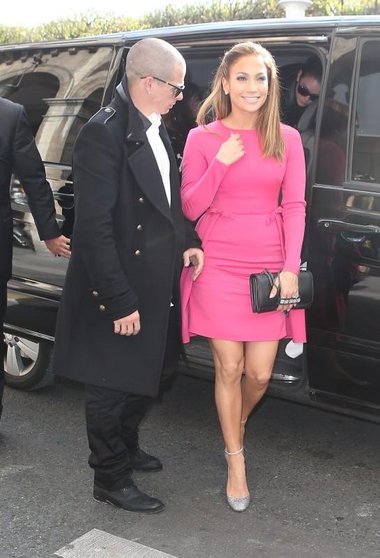 Jennifer Lopez et Casper Smart se rendant au défilé Valentino à Paris, le 2 octobre 2012.