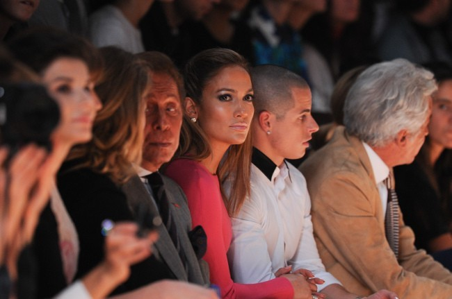 Valentino Garavani, Jennifer Lopez et Casper Smart au défilé Valentino à Paris, le 2 octobre 2012.