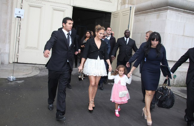 Jennifer Lopez, sa fille Emme et son boyfriend Casper Smart se rendant au défilé Chanel à Paris, le 2 octobre 2012.