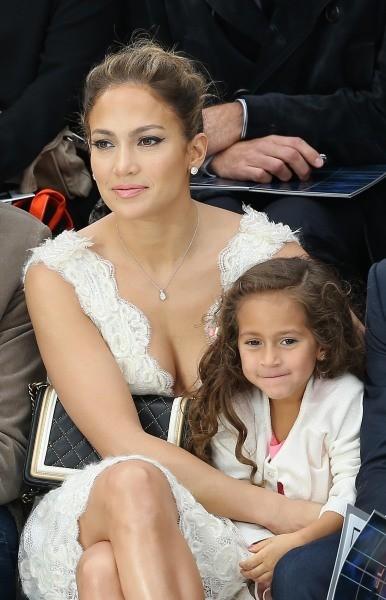 Jennifer Lopez et sa fille Emme lors du défilé Chanel à Paris, le 2 octobre 2012.