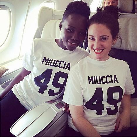 Lupita Nyong'o et sa styliste Micaela Erlanger dans un avion direction Paris...