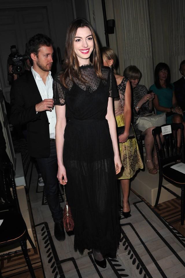 Anne Hathaway lors du défilé Valentino à Paris, le 6 juillet 2011.
