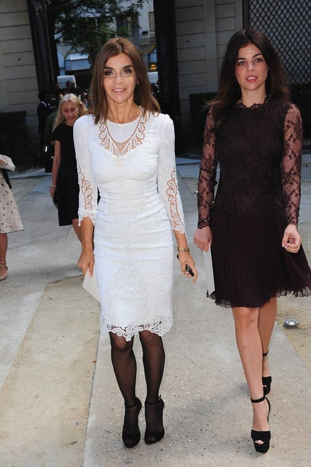 Carine Roitfeld et sa fille Julia Restoin-Roitfeld lors du défilé Valentino à Paris, le 6 juillet 2011.
