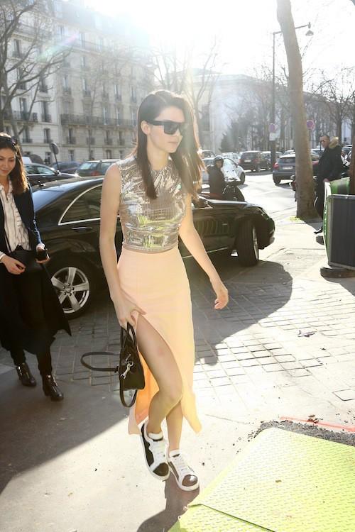 Kendall Jenner arrive au défilé Balmain à Paris, le 5 mars 2015