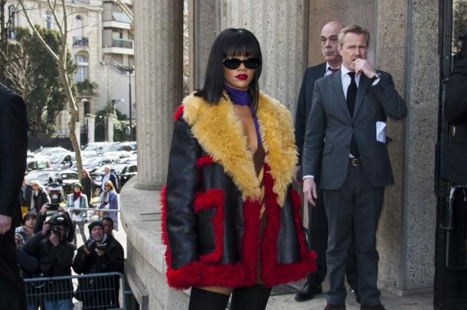 Rihanna arrive au défilé Miu Miu à Paris, le 5 mars 2014.