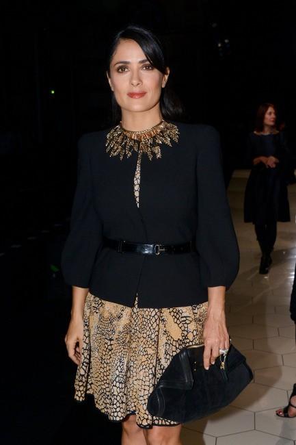 Salma Hayek lors du défilé Alexander McQueen à Paris, le 2 octobre 2012.