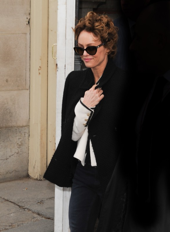 Vanessa Paradis quitte le défilé Chanel à Paris, le 4 mars 2014.