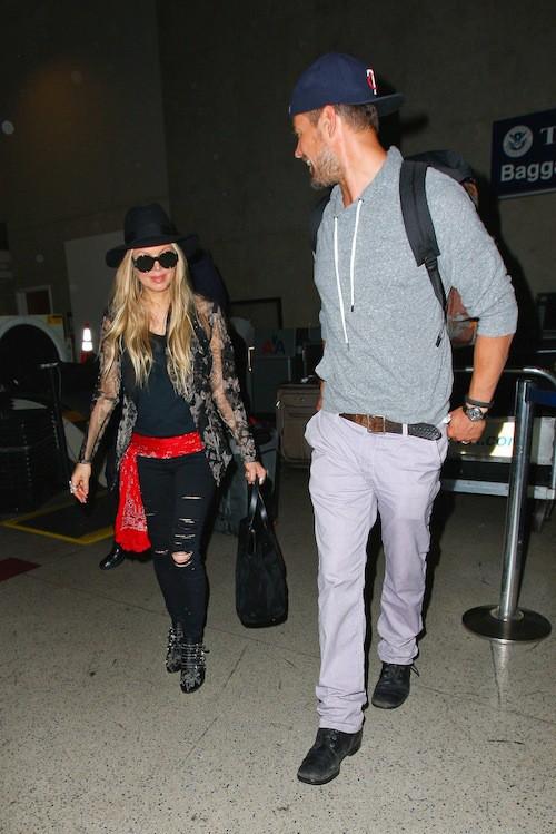 Photos : Fergie et Josh Duhamel : relax même après 8 heures de vol ! Comment font-ils ?