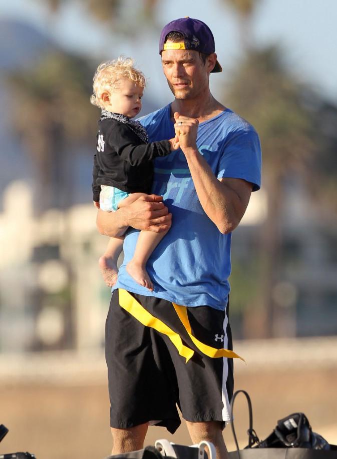 Photos : Fergie : femme et maman comblée, le bonheur à la plage avec Josh et Axl !