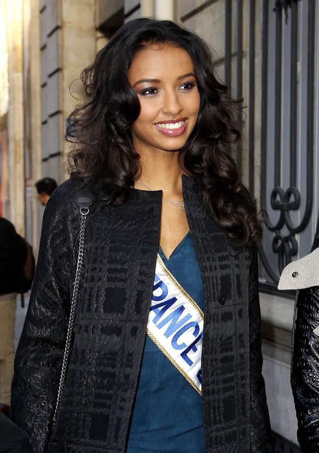 Flora Coquerel (Miss France 2014) et Sylvie Tellier à leur arrivée aux studios d'Europe 1, à Paris, le 9 décembre 2013