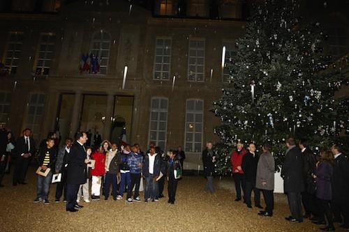 Photos-Francois-Hollande-il-inaugure-le-sapin-de-l-Elysee-sous-la-pluie_portrait_w674