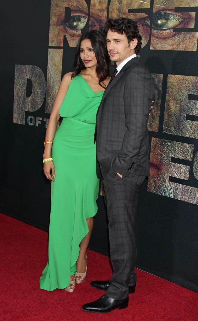 """Freida Pinto et James Franco lors de la première du film """"La planète des singes : les origines"""" à Los Angeles, le 28 juillet 2011."""