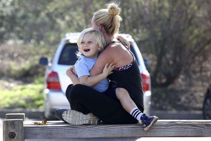 Gavin Rossdale en randonnée à West Hollywood avec ses fils KIngston et Zuma et leur nounou le 25 novembre 2012