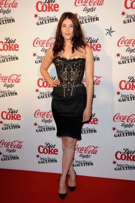 Photos : Gemma Arterton, sculpturale dans son corset en dentelle !