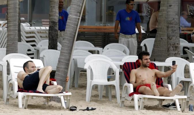 Gérard Piqué et ses co-équipiers espagnols sur la plage Fortaleza, au Brésil, le 24 juin 2013
