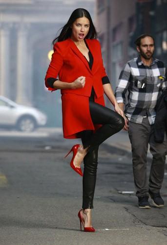 Photos : Gigi Hadid et Adriana Lima envahissent New York pour un shooting sensuel et peps !