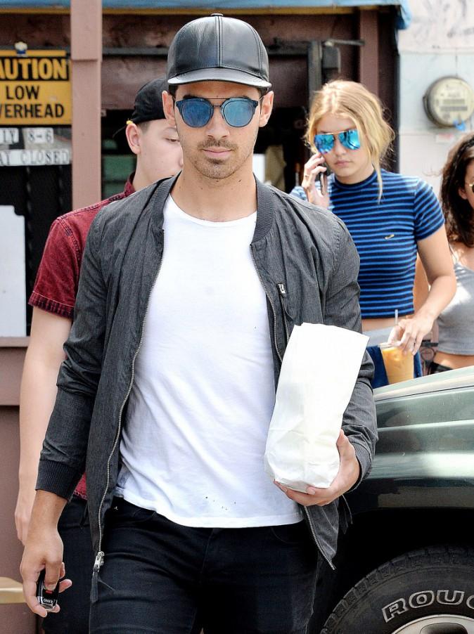 Gigi Hadid et Joe Jonas : Petit-déj sur le pouce en attendant que leurs amis rentrent du Mexique !
