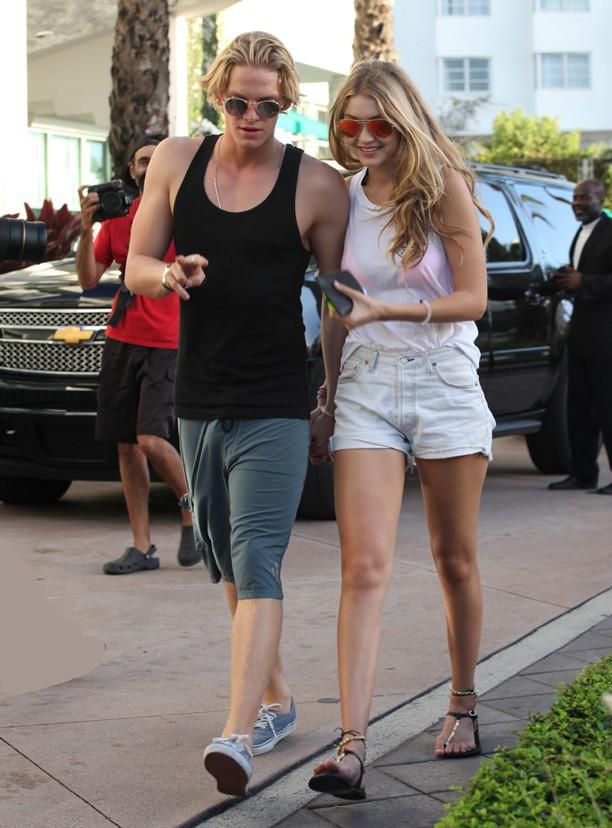 Gigi Hadid : la petite bombe en mode Spring Break avec son chéri Cody Simpson !