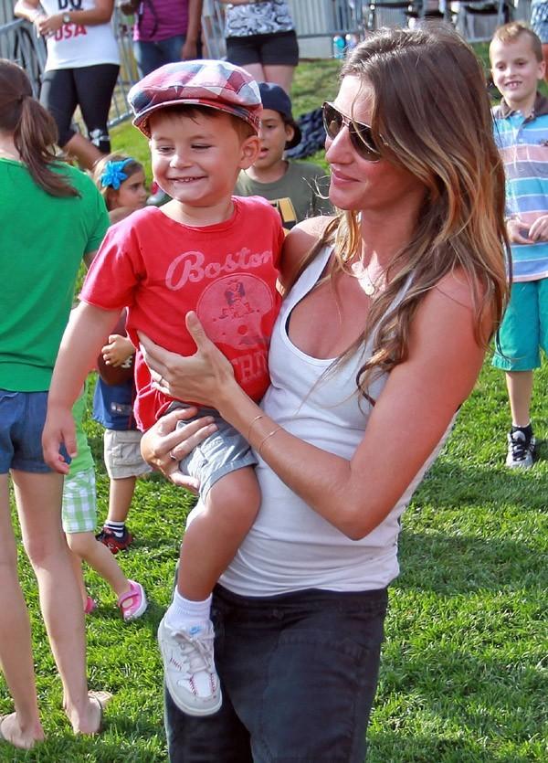 Gisele Bündchen à Foxborough avec son fils Benjamin le 7 août 2012