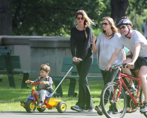 Gisele Bündchen et son fils dans un parc à Boston, le 9 juin 2012.