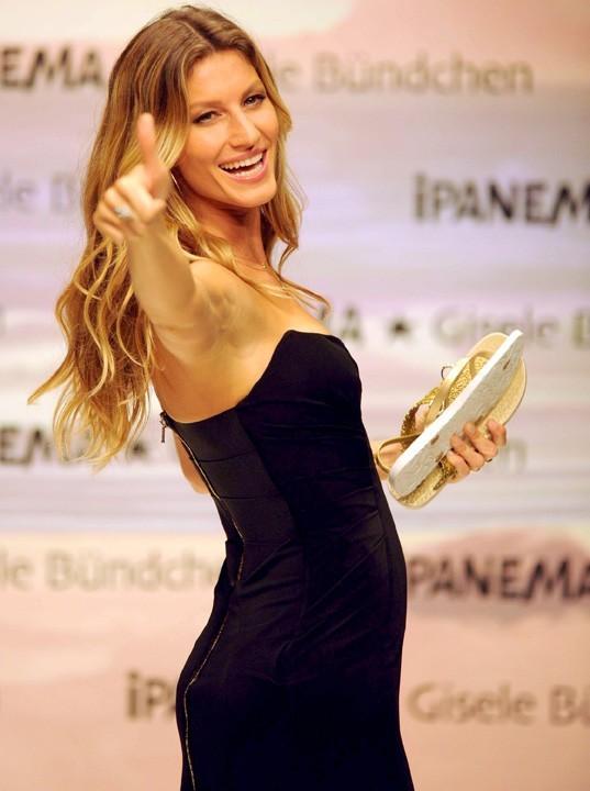 Gisele Bundchen présente ses nouvelles créations de tongs pour Ipanema à Istanbul, le 6 avril 2011.