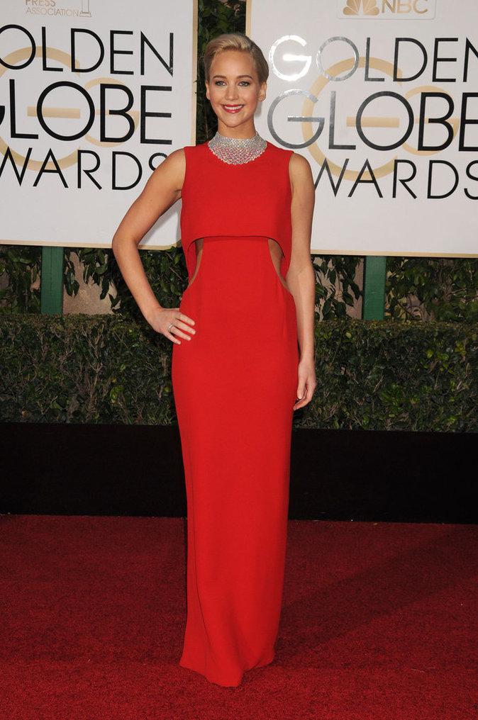 Jennifer Lawrence, sexy à souhait dans sa robe rouge Dior