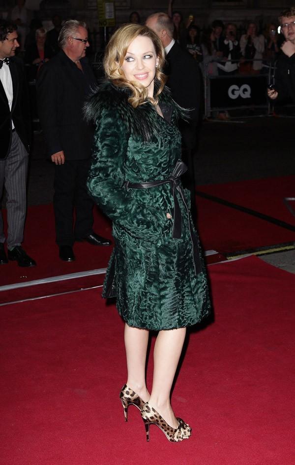 Sous le manteau, une simple petite robe noire...