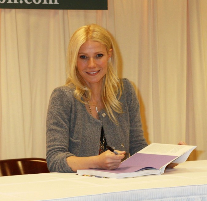 Gwyneth Paltrow signe son premier livre à New York, le 14 avril 2011.