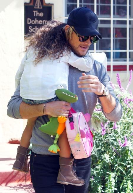 Nahla et son papa Gabriel Aubry à Los Angles, le 9 février 2012.