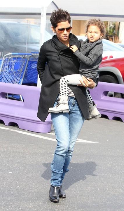 Au début, Halle Berry est pleine de bonne volonté...