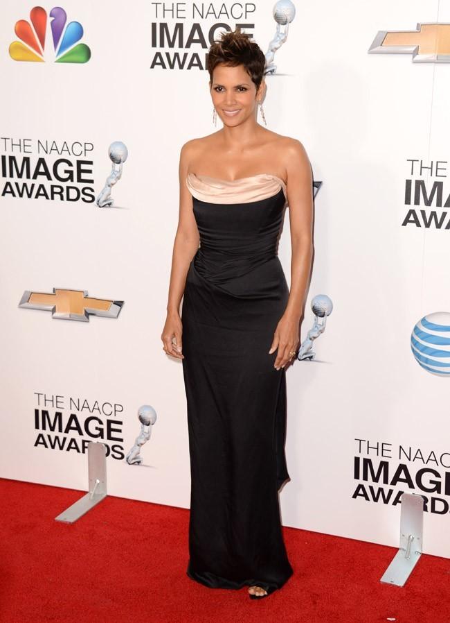 Halle Berry sur le tapis rouge des NAACP Awards à Los Angeles le 1er février 2013