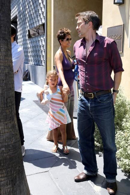 Halle Berry avec sa fille Nahla et son fiancé Olivier Martinez à West Hollywood, le 12 mai 2013.