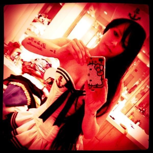 Avril se photographie pour partager sa tenue à ses fans !