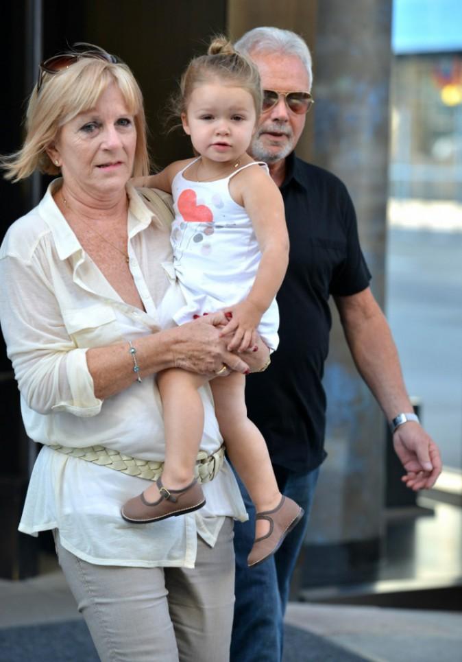 Harper Beckham et ses grands-parents, Jacqueline et Tony Adams, à New York, le 7 septembre 2013.
