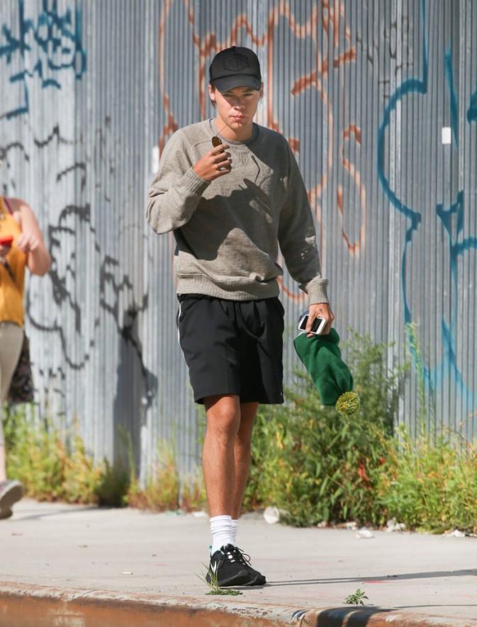 Photos : Harry Styles : avec une telle dégaine, il passerait presque incognito !