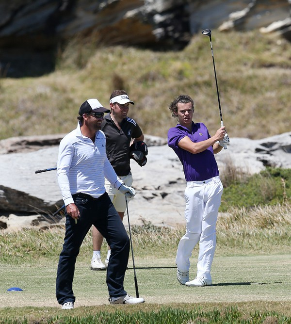 Harry Styles en mode Tiger Woods à Sydney le 22 octobre 2013
