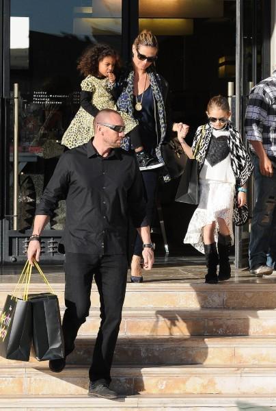 Heidi klum en compagnie de ses filles Leni et Lou, et de son boyfriend Martin Kristen à Beverly Hills, le 2 janvier 2013.