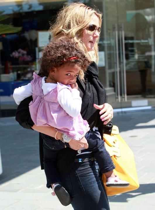 Lou a le droit de rester dans les bras de maman !