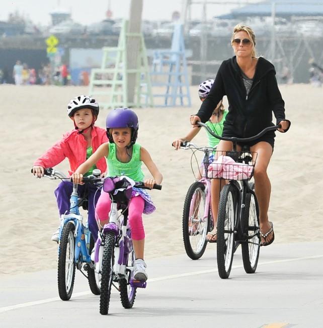 Heidi Klum fait du vélo en famille