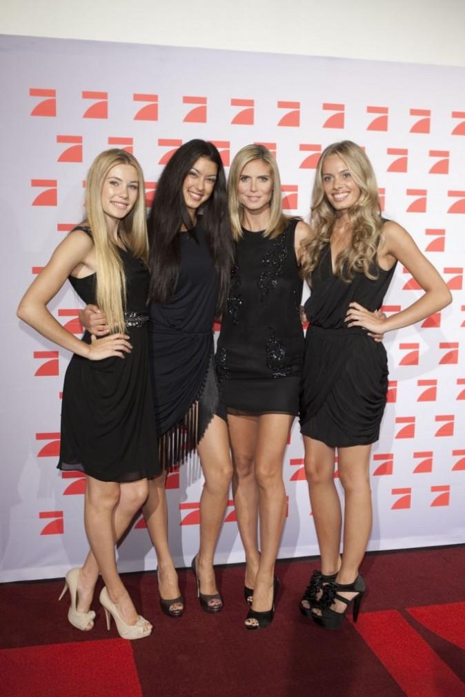 Heidi Klum et ses finalistes, à Cologne pour la promo de son émission Germany's Next Top Model, le 7 juin 2011.