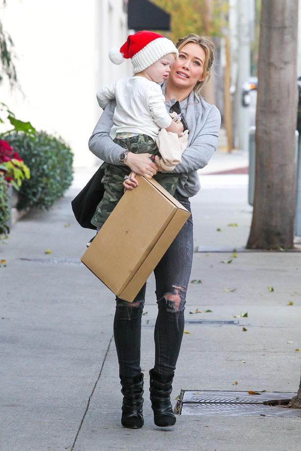 Hilary Duff à Beverly Hills avec son fils Luca le 21 décembre 2013