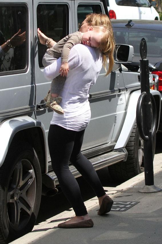 Hilary Duff avec son fils Luca à Los Angeles le 26 mars 2013