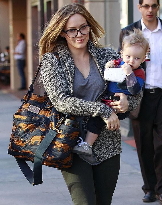 Hilary Duff avec son fils Luca à Beverly Hills le 20 décembre 2012