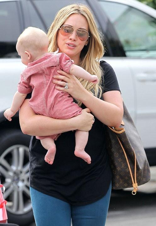 Hilary Duff en shopping avec Luca à Santa Monica le 23 août 2012